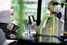Mies maksaa Waltti-matkakortilla Linkki-linja-autossa