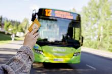 Ihminen pysäyttää Linkki-linja-auton heiluttamalla