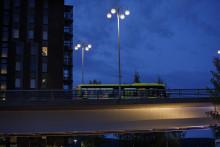 Linkki ajaa illalla Kuokkalan sillalla, kuva: Hanna-Kaisa Hämäläinen