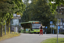 Matkustaja odottaa Linkki-linja-autoa pysäkillä
