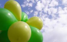 Vihreitä vappupalloja sinistä taivasta vasten